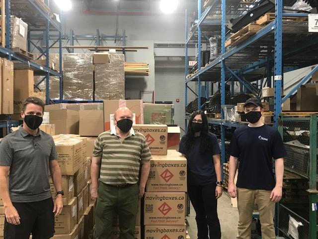 La Ville d'Ottawa reçoit une livraison de 10 000 masques de tissu du programme Face vers l'avenir qu'elle distribuera à ses employés.